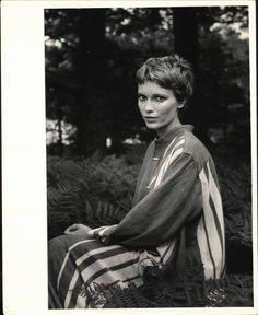 Mia Farrow via Heck ouais Mia Farrow - Portraits - Cheveux Hair Inspo, Hair Inspiration, Short Hair Cuts, Short Hair Styles, Cut My Hair, Pixie Haircut, Hair Day, Pretty People, Beautiful People