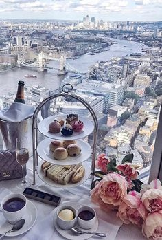 Nachmittagstee mit Blick auf London - Miller is Home Afternoon Tea London, Afternoon Tea Parties, Tea Sandwiches, Pause Café, London Travel, Belle Photo, London England, Dream Vacations, Brighton