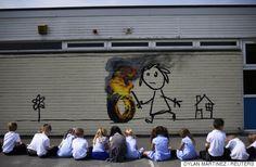覆面芸術家バンクシー、学校の遊び場に感謝の壁画を描く「自分を認めてくれてありがとう」 子供たちもビックリ