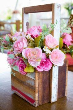 Rosa artificial ramo de flores en florero de madera Foto de archivo