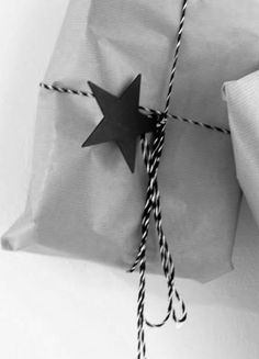 xmas packaging: black, grey and simple design | gift wrap . Geschenkverpackung .  paquet-cadeau | inspiration |