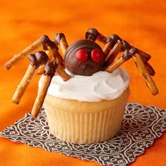 So halloween cupcakes are one of the best thing which people enjoy during halloween. In this article you will find beautiful images of halloween cupcakes Halloween Cupcakes Decoration, Halloween Food For Party, Halloween Treats, Halloween Spider, Halloween Alley, Halloween Desserts, Halloween Halloween, Holiday Treats, Holiday Recipes