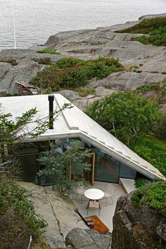 Knapphullet: Home on a Cliff in Norway by Lund Hagem | http://www.yellowtrace.com.au/lund-hagem-knapphullet-cliff-home-norway-sloped-roof/