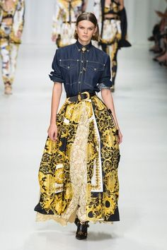 Versace Spring 2018 Ready-to-Wear Collection Photos - Vogue Couture Fashion, Runway Fashion, High Fashion, Fashion Show, Fashion Looks, Fashion Outfits, Womens Fashion, Fashion Design, Fashion Trends