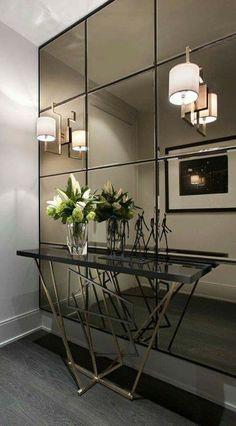 Flere speil satt sammen med svarte mellomrom.