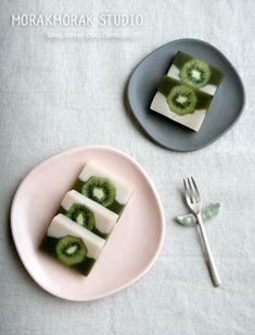 키위양갱 - 상콤한 봄 날 같은 - 모락모락테이블 : 네이버 블로그 Asian Desserts, Asian Recipes, Sweet Recipes, Ethnic Recipes, Korean Rice Cake, Korean Dessert, Korean Food, Chinese Food, Rice Cakes