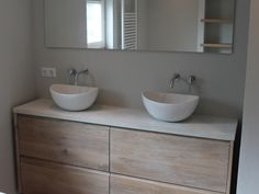 Mooi dit hout voor op de badkamer! Grote lades, mooi dik blad en waskom erop!