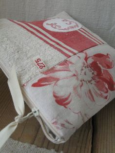 Je recommande cette photo Fabric Storage Baskets, Zipper Pouch Tutorial, Small Sewing Projects, Linen Bag, Bag Patterns To Sew, Album Photo, Fabric Bags, Sewing Rooms, Handmade Bags