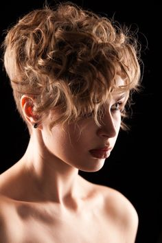 Pixie cut with long length top. hair*do's in 2019 вьющиеся в Curly Pixie Hairstyles, Bob Haircut Curly, Short Curly Haircuts, Curly Hair Cuts, Short Hair Cuts, Curly Hair Styles, Ombré Hair, Hair Dos, New Hair