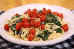 Sebzeli Spagetti. Malzemeler  1 paket spagetti 500 gram ıspanak 500 gram pazı 400 gram cherry domates 1 adet kırmızı soğan 2-3 diş sarımsak 150 gram toz parmesan 2 litre sebze suyu Zeytinyağı Karabiber Tuz Parmesan, Parmigiano Reggiano