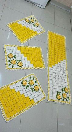 Tapetes de crochê nunca saem da moda e cada vez mais fazem parte da decoração Crochet Potholder Patterns, Crochet Placemats, Crochet Flower Patterns, Crochet Designs, Crochet Doilies, Crochet Flowers, Doily Rug, Ribbon Work, Weaving Patterns