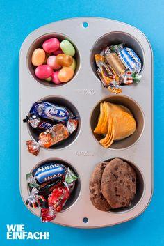 Snacks und Süßes aus der Muffinform – sieht schön aus und ist eine echte Alternative zu vielen Schüsseln auf dem Tisch. Foto: Torsten Kollmer