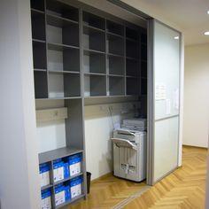 #Büroschrank mit #Glasschiebetüren, Innenleben in grauer Dekorplatte