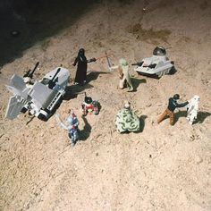 Jedi-touhuista puheenollen... Keräämäni #starwars hahmot päätyivät usein hiekkalaatikolle (#Tatooine) erilaisiin installaatioihin. Ja sitten räpsittiin kuvia (filmikameralla). Noita alkuperäisiä action figureja oli toistakymmentä ja aluksiakin #xwing:istä #tiefighter:iin yms. #tembuksentarinoita #fb #tb #jedi