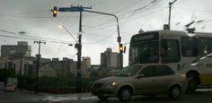 Chuva deixa sinais apagados, ruas alagadas e derruba árvore no Recife  Publicado em 04/03/2013, às 07h20  A chuva que caiu durante a madrugada desta segunda-feira (4) na Região Metropolitana do Recife (RMR) deixou ruas alagadas e vários sinais de trânsito desligados em diversos pontos do Grande Recife. Por conta desses problemas, há problemas de congestionamento. Uma árvore caiu, no início da manhã desta segunda, na Avenida Santos Dummont, no Rosarinho, Zona N (Leia [+] clicando na imagem)