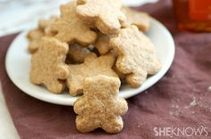 Homemade teddy grahams.......Encouraging your kids to eat healthier isn't easy, especially when the snacks are ordinary and boring, like plain graham crackers. Give your kids a healthier snack and one they'll love eating by packing bags of these adorable homemade teddy grahams in their lunch!