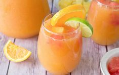 A combination of fresh citrus juices (grapefruit, pineapple, lime and oranges) combined with a dash of white rum to make this refreshing fruit punch Punch Aux Fruits, Fruit Punch, Blender Food Processor, Food Processor Recipes, Lidl, Thermomix Desserts, Citrus Juice, Chicken Seasoning, Drink Recipes