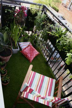 balkon bahceleri cim ve ahsap kaplamalar saksi cicekleri balkon masa sandalyesi (12)