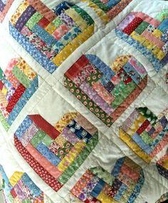 O artesanato de patchwork é uma das novas tendências da decoração. O estilo despojado que essa arte propõe pode ser o diferencial em uma decoração em casa. Como sugerido no nome, o Patchwork é uma técnica que utiliza diferentes retalhos de tecidos para criar uma composição única. Neste post iremos mostrar como fazer patchwork utilizando …Continue Lendo...