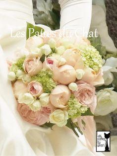 ウェディング フラワー セレクト ショップ ~レ・パデュシャ~(Wedding Flower Select shop ~Les Pattes du Chat~)... バラとビバーナムのクラッチブーケ