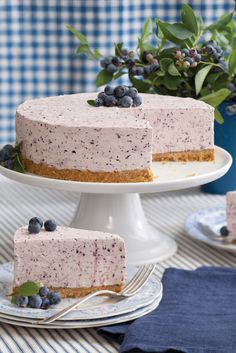 This Blueberry Frozen-Yogurt Pie is a refreshing sweet. Köstliche Desserts, Frozen Desserts, Summer Desserts, Frozen Treats, Delicious Desserts, Dessert Recipes, Yummy Food, Summer Dishes, Lunch Recipes