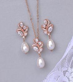 Rose Gold Jewelry Set Rose Gold Bridal Set Ivory by Rose Gold Wedding Jewelry, Bridal Jewelry Sets, Bridal Earrings, Pearl Earrings, Indian Earrings, Bridal Jewellery, Bridal Accessories, Wedding Gold, Dream Wedding