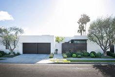 modern white brick home exterior White Stucco House, White Exterior Houses, Stucco Exterior, Modern Exterior, Exterior Design, Facade Design, Exterior Colors, Exterior Paint, Mid Century Exterior