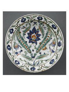 Plat au grand fleuron entre 2 feuilles recourbées - Musée national de la Renaissance (Ecouen)