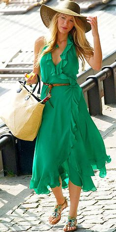 Blake Lively in ruffled emerald green dress Casual Chic, Moda Casual, Style Casual, Gossip Girl Outfits, Gossip Girl Fashion, Celebrity Dresses, Celebrity Style, Celebrity Women, Blake Lively Style
