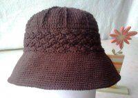 Háčkovaný hnědý klobouk