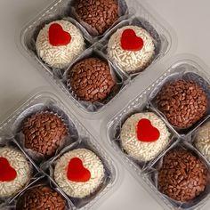 Aprenda e guarde está receita de brigadeiro gourmet com ingredientes especiais Dessert Packaging, Food Packaging Design, Lolly Cake, Cake Decorating For Beginners, Sweet Box, Candy Cakes, Gelato, Holiday Cakes, Chocolate Lovers