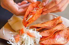 TACOS ROJOS DE PAPA -Mty- Tacos muy simples y adictivos. La tortilla crujiente perfumada con el carbón y la salsa roja de chile de árbol le dan el plus a la pequeña cantidad de puré de papa que llevan. INGREDIENTES • Tortilla de maíz roja  • Papa • Repollo • Cueritos de cerdo