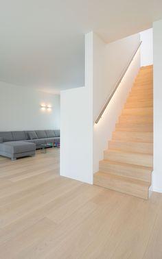 Bouwonderneming Ooms | Eiken trap in verstek | muurleun in inox met ingewerkte LED verlichting Staircase Handrail, Staircase Design, Stairway Lighting, Halls, Modern Stairs, Home Decor Hacks, Interior Stairs, House Stairs, Modern Interior Design