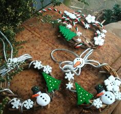 Traditional Mini Grapevine Wreaths -Snowman and Christmas Buttons - Christmas Tree or Swag Ornament by murtsss Christmas Crafts For Kids, Christmas Projects, All Things Christmas, Winter Christmas, Holiday Crafts, Christmas Buttons, Diy Christmas Ornaments, Christmas Wreaths, Christmas Door