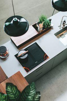 Walden industrial style. Küche mit Kräutern und Miele Kochfeld. Smart Kitchen, Stylish Kitchen, Kitchen Sets, Kitchen Helper, Kitchen Upgrades, Kitchen Trends, Kitchen Interior, Home Appliances, Industrial