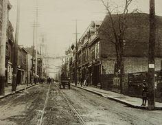 Montréal 1904. Rue Notre-Dame >Est, depuis rue Napoléon.      Arch. STM.  Un charrettier longe la rue Notre-Dame vers la rue Vinet. On voit une ligne de tramway. La rue est en terre battue. Certains de ces bâtiments sont encore là aujourd'hui.  La rue Napoléon est l'ancien nom de la rue Charlevoix  Comparatif du 16 mars 2011 www.flickr.com/photos/urbexplo/5545403451 Old Pictures, Old Photos, Charlevoix, Tramway, Montreal Qc, Still Standing, Past Life, Dame, Canada