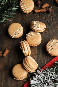 Gingerbread Macarons with White Chocolate Cream Cheese Frosting - Confessions of a Confectionista The last time I made macarons , I told you guys about how I tried the Italian meringue method and instantly fell in love with it, right. Chocolate Cream Cheese Frosting, Cream Cheese Filling, Christmas Desserts, Christmas Baking, Macarons Christmas, Christmas Cupcakes, Cookie Recipes, Dessert Recipes, Cupcake Recipes