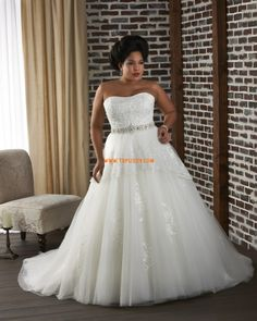 Strapless Wedding Dresses For the curvy bride shopping for a wedding gown can seem like a fashion nightmare. Will designers really admit that their most fabulous creations are crafted Plus Size Wedding Gowns, Plus Size Gowns, Wedding Dresses 2014, Cheap Wedding Dress, Wedding Dress Styles, Bridal Dresses, Gown Wedding, Tulle Wedding, Bridesmaid Dresses
