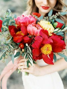 Florals: Sarah´s Wedding Garden - Desert bridal shoot with red peony bouquet by Sara Hasstedt (Photography & styling) - via Magnolia Rouge