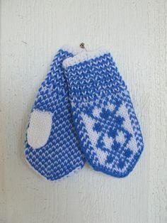 Selbuvotter i hvitt og blått str 0-1 år Knitted Mittens Pattern, Knit Mittens, Mitten Gloves, Baby Barn, Baby Mittens, Children, Kids, Knit Crochet, Baby Shoes