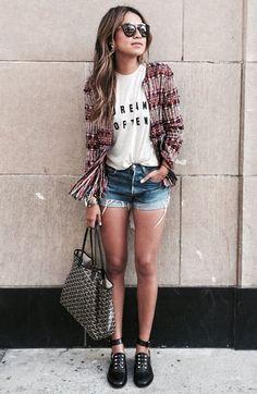 Julie Sariñana de Tweed com Shorts Jeans