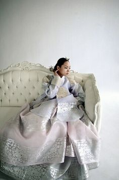 Modern #Hanbok, traditional Korean dress | Lynn. Interesting combination of the Queen's pattern but instead of gold, use white.                                                                                                                                                      もっと見る