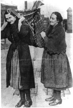 To the Creel. Fisherrow Fishwives and their baskets. Willow Weaving, Basket Weaving, Working People, Historical Photos, Art Reference, Fur Coat, The Past, History, Archaeology