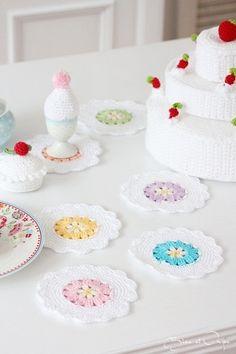 mug rug by bleu et rosè - design inspiration only Crochet Placemats, Crochet Potholders, Crochet Quilt, Crochet Squares, Crochet Motif, Crochet Doilies, Crochet Flowers, Knit Crochet, Crochet Patterns