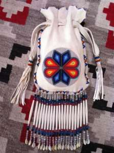 beaded-purse i want one! Native American Regalia, Native American Beadwork, Native American Crafts, Native Beadwork, Beaded Purses, Beaded Bags, Beaded Bracelets, Loom Beading, Beading Patterns