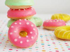 Receta de donuts al horno, ligeros y sabrosos, ideales para meriendas, mesas dulces, cumpleaños... apetecibles en cualquier momento y facilísimos de hacer Cute Donuts, Mini Donuts, Doughnuts, Cake Pop Maker, Delicious Donuts, Candy Cookies, Happy Foods, Donut Recipes, Four