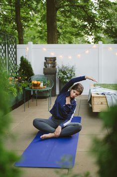 By using scent, sight, and sound, these tips will help you create a relaxing outdoor space full of plants to help you unwind and enjoy your garden. From enjoying yoga to creating a comfortable space for reading, your landscape has unlimited potential! Planter Box With Trellis, Planter Beds, Yoga Garden, Meditation Garden, Outdoor Daybed, Outdoor Yoga, Best Summer Reads, Yoga Room Design, Evergreen Landscape