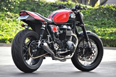 richard pollock, dubbed the king of trackers, has built over 100 motorbikes so far, but every now and then he tries something different, such as this roadster with a café racer vibe. similar to all bikes that roll out of the mule motorcycles workshop, it is a high performance machine with forks from a yamaha 'YZF-R1′, six-piston brakes are from beringer, and top-spec sun alloy wheels.