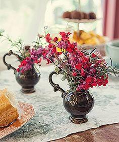 Alguns ramos de ervas, flores colhidas na hora, vasos improvisados comjarrinhas e pronto: eis arranjos mimosos para colorir e perfumar a mesa (Foto: Lufe Gomes/ Editora Globo)