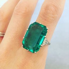 She may now live in Dubai but ex-London specialist @sophie_steves still comes back for the sales! She chooses this stunning Art Deco emerald ring. The Colombian emerald weighs 14.70 carats and is without clarity modification. The 1920s Platinum mount is French. #buyrocksnotstocks #jewelryart #styledbybonhams #specialistview